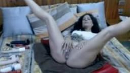 Une milf latine fait son show à la webcam