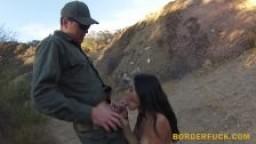 Une belle mexicaine arrêtée à la frontière et baisée par la police