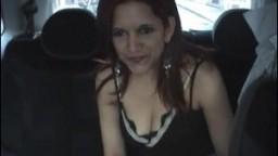 Une latine sexy se fait baiser à l'arrière d'une voiture