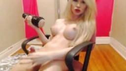 Une shemale blonde à gros seins lèche son propre sperme