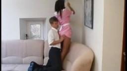 Baise avec une jeune femme de ménage