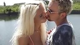 Shemale blonde baisée dehors