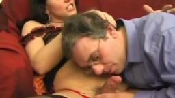 Shemale sucée et baisée par un homme mûre