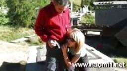 Elle lui fait une pipe en public et avale le sperme