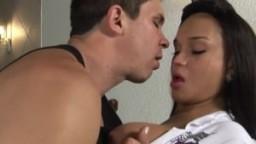 Une jeune shemale se fait baiser jusqu'à ce que les deux éjaculent