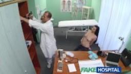 Faux hôpital - Jeunette veut que le docteur lui suce les seins
