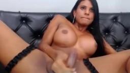 Une magnifique shemale latine éjacule à la webcam