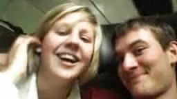 Elle lui fait une petite pipe dans le train