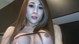Une ladyboy asiatique se caresse hd
