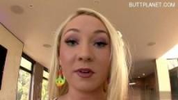 Une blonde au cul bien rond se fait éjaculer dans la bouche