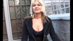 Une prostituée italienne montre son corps