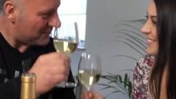 Un vieux fait boire une jeune italienne pour pouvoir la baiser hd