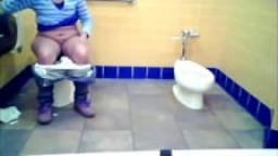 Une grosse indienne filmée en train de pisser dans les toilettes