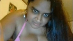 Une grosse indienne toute excitée à la webcam