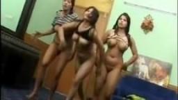 Trois indiennes dansent les seins à l'air