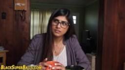 Une indienne à gros seins se tape deux grosses bites noires hd