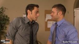 Ces employés de bureau gay sont tellement excités qu'ils baisent au travail - Film porno hd