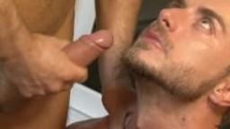 Il éjacule dans la bouche de ce gay hd