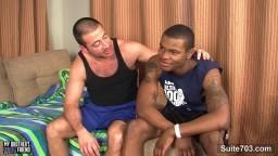 Un gay black baisé par un petit blanc hd