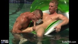 Des gays sexy baisent dans la piscine hd