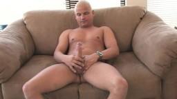 Un gay chauve se fait plaisir en solo hd