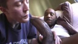 Amateur: un jeune gay s'attaque à une énorme bite noire hd