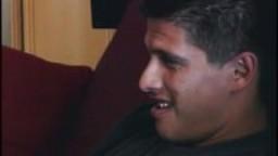 Un gay latino fait une pause au travail pour se branler