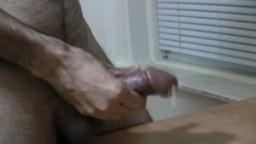 Un mec poilu se branle et éjacule hd