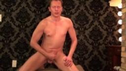 Un hétéro amateur se filme lui-même en train de se masturber pour un orgasme massif - Vidéo porno hd
