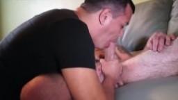 Il se fait baiser la bouche par un chauve hd