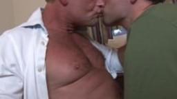 Père et fils, baise sans capote hd