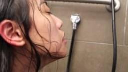 Une jeune asiatique dans la douche hd