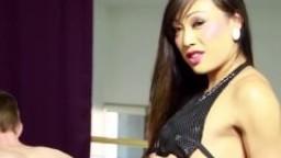 La shemale asiatique Venus Lux baise et éjacule sur le visage de son esclave - Film porno hd