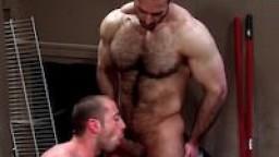 Daddy Adam bien musclé et poilu détruit le cul de Donnie Dean - Vidéo porno