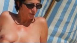 La chatte poilue d'une mature française sur une plage naturiste hd