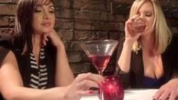 Maitresse Madeline domine et défonce l'anus de la roumaine Lea Lexis hd