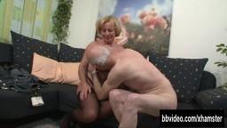Cette vieille allemande ne demande qu'à se faire labourer par son mari - Vidéo x hd