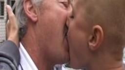 Une jeune femme chauve se fait embrasser et baiser par un vieux - Film x hd