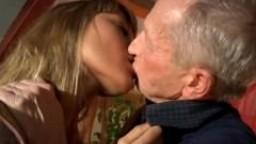 La jeune beauté Lisa suce et baise la bite d'un vieux - Film porno hd