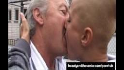 Une jeune femme chauve se fait baiser par un grand père - Vidéo x hd