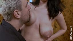 Il aspire le lait des gros seins de cette femme tchèque - Vidéo porno hd