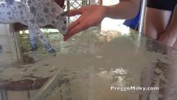 Elle remplit la table de lait avant de sucer son mec hd