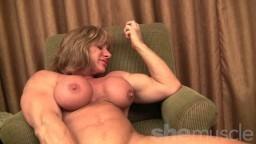 La mature Wild Cat montre ses gros muscles hd