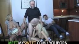 Cette femme mature séduit la petite amie de son fil pour qu'elle baise avec son mari - Film porno hd