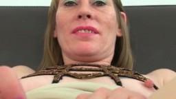 Une mature anglaise sexy en porte-jarretelles se gode la chatte hd