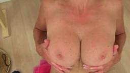 Molly, mature britannique devient cochonne dans la salle de bain hd