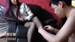 Une dominatrice chinoise se fait lécher les pieds par son esclave hd