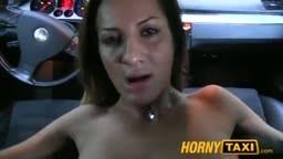 Une roumaine se fait fourrer par un faux taxi sur le siège arrière de la voiture - Vidéo porno hd