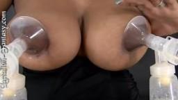 Une blonde utilise une machine à traire le lait sur ses gros seins