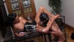 Maitresse force son esclave à manger sa chatte avec du chocolat et de la chantilly